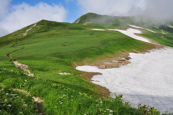 残雪と草原が広がる飯豊連峰の核心部