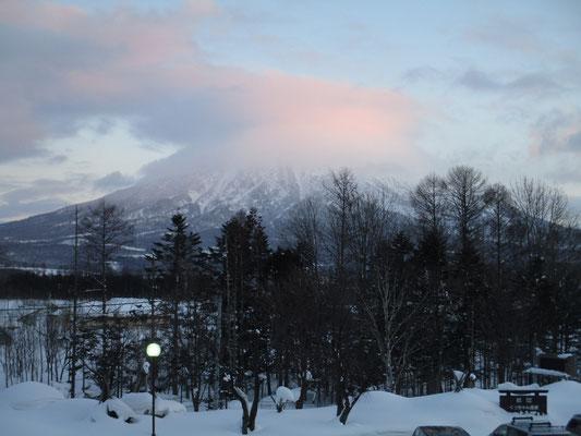 後方羊蹄山が見えるという宿泊先でしたが、一番きれいに見えたのがこの夕焼けの笠雲?の姿でした