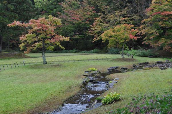 「遣水」の流れ ここで「曲水の宴」が催される 遣水の流れに盃を浮かべ、流れに合わせて和歌を詠むという平安時代の優雅な歌遊び
