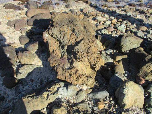 溶岩が飛んできたと思われる岩塊