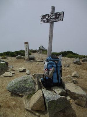 ザックと山頂標識