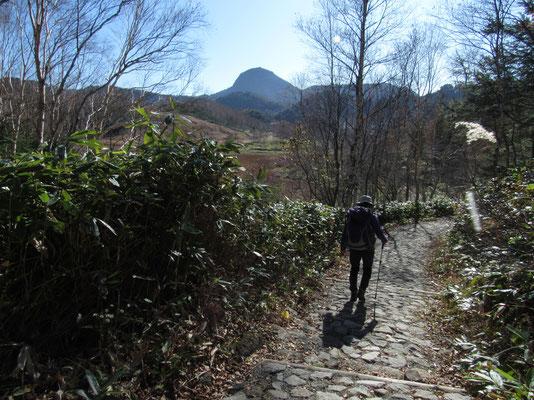 笠ヶ岳のシルエットに向かい木戸池へ戻る