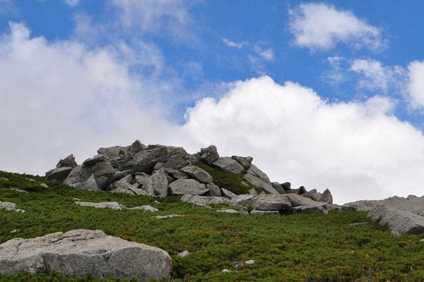 稜線部のハイマツ帯のなかにも奇岩が積み重なっている