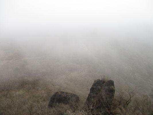 スルス岩のてっぺんから見下ろすけれど、何も視界が・・・ こういう時はあまり高度感もありません