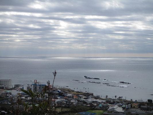 第二展望台からの眺め 曇天の空から海に陽がさしている