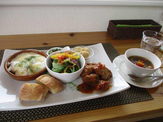 地元の食材を利用してのランチ 豚肉の煮込みはやわらかく、じゃがいものグラタンも素材の味が美味でした