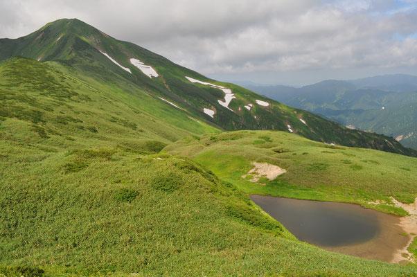 文平ノ池と大日岳の尾根