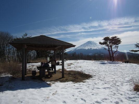 東屋と富士山 ここでお弁当タイム
