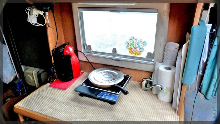 ...unsere großzügige Küche. Mittelpunkt unseres WoMos.