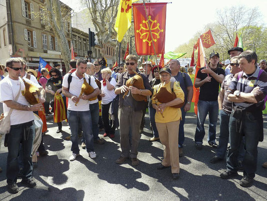 Boha qui pòt lors de la manifestation pour la langue Occitane