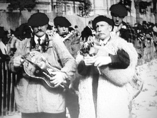 """""""Jeanty"""" Benquet sonnant sa Boha en compagnie de 3 autres musiciens du groupe folklorique «Lous Bazadès» dont Pierre Garrabos dit «Lou Pessicot» à la vielle et Roger Duluc dit «Pinoche» au fifre, au défilé des provinces françaises à Nice le 08/04/1932"""