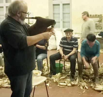 """Didier Oliver lors d'une """"espeluquère"""" - pratique traditionnelle"""