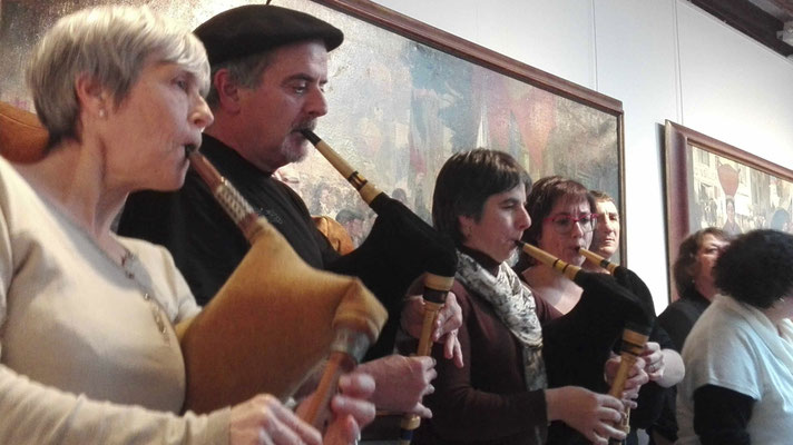 Ensemble départemental des musiques trad du conservatoire des Landes dirigé par Yan Cozian, dans le cade d'une exposition de peintures d'Alex Lizal
