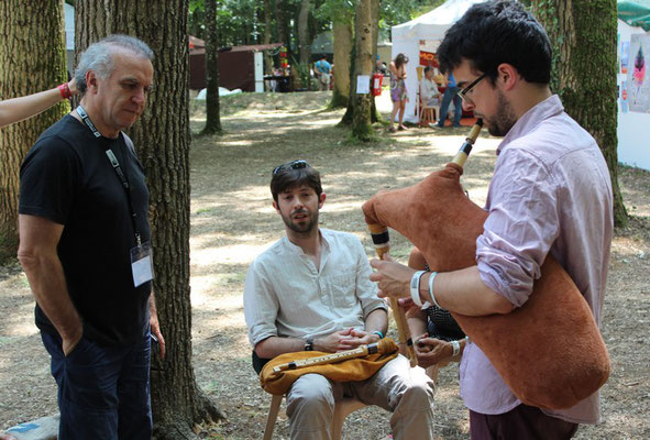 """Robert Matta et Rémy Palezis font essayer une """"bohassa"""" à Callum Armstrong (festival d'Ars)"""
