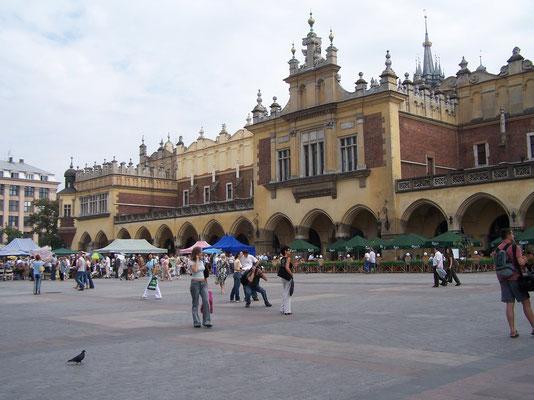 La place du marché très animée de Cracovie