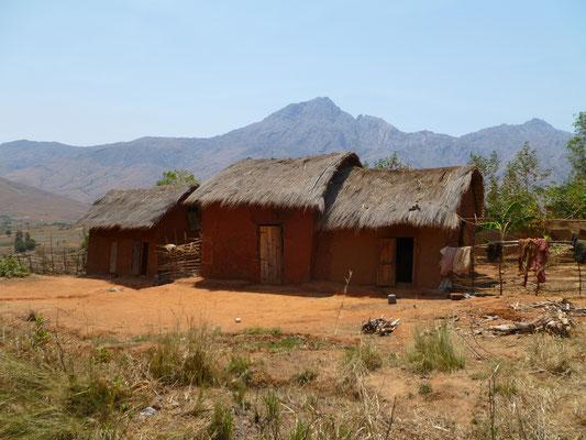 Les maisons typiques rouges dans le parc d'Andringitra