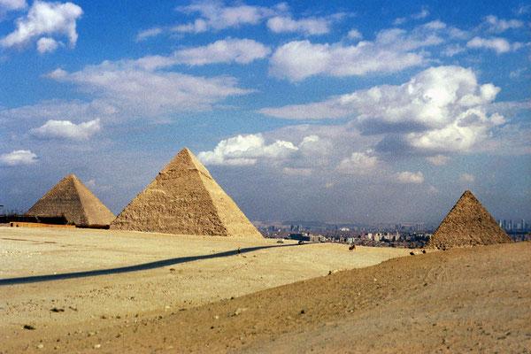 Le plateau de Gizeh face à la ville du Caire
