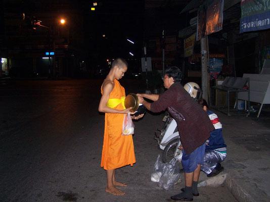 Offrande et don de nourriture aux moines