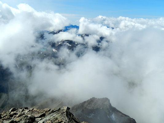 Gipfelblick - Aufreißende Nebeldecke