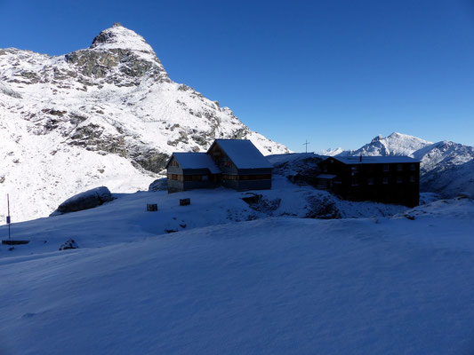 Cabane de Prafleuri vor Pointe d'Alleves 3039 M