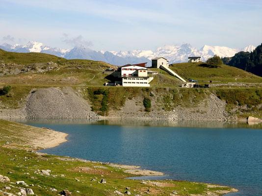 Auberge vor Walliser Bergkette