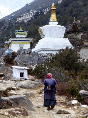 Stupas vor Thame Gompa