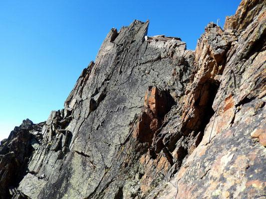Die scharfen Spitzen der Jegihorn-Gipfelgratkante