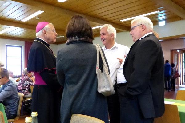 Bischof im Gespräch mit Gläubigen
