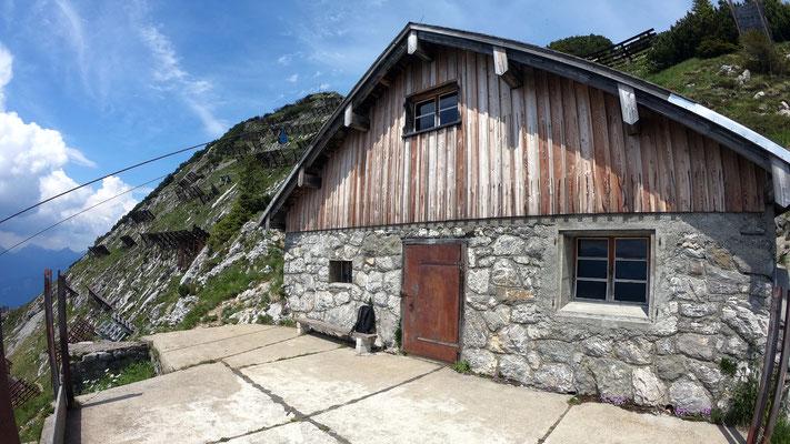 Biwakhütte unterhalb des Gipfels