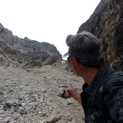 Am Einstieg in die steile Schuttflanke