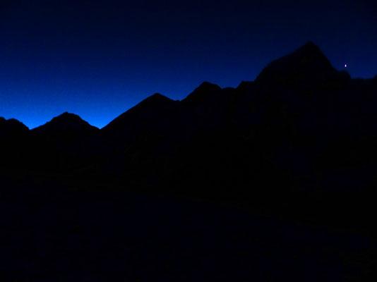 Nächtlicher Aufstieg - Vor Everest-Silhouette