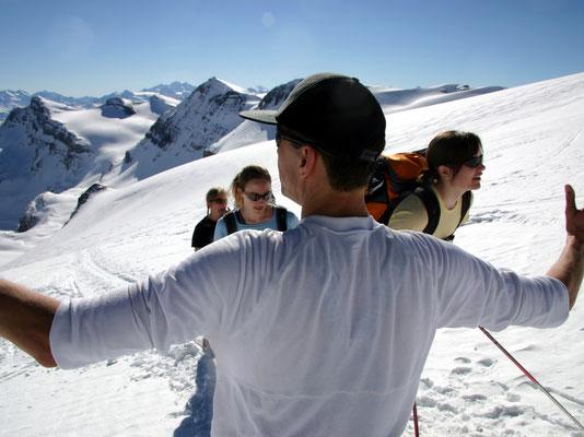 Thomas vor Bergsteigerinnen