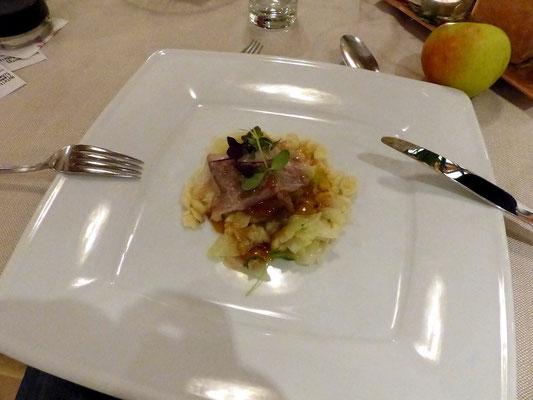 Zart gebratenes Schweinelendchen mit Lardo an gedünstetem Weißkohl und Eierspätzle