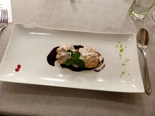Profiteroles mit Vanillecreme und Schokoladensauce