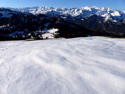 Blick vom Brünnelistock-Gipfelplateau zum Ibergeregg