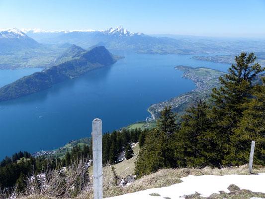 Dossen-Gipfelblick über den Vierwaldstättersee zum Pilatus