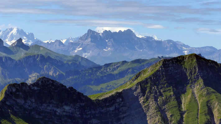 Gipfelblick: Dents du Midi vor Mont Blanc