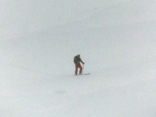 Skitourengeher im Whiteout