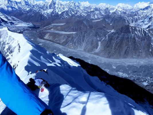 Blick vom Gipfelgrat zum Lhotsegletscher