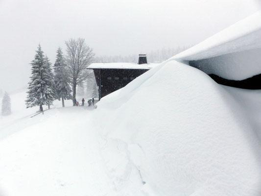 Schneeverwehungen an der Hütte