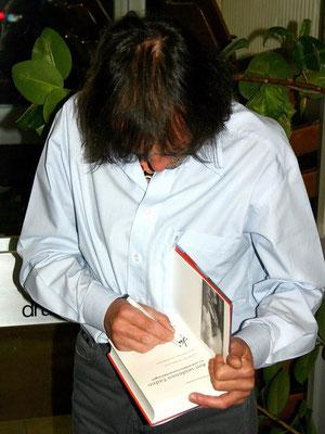 Motiv 1 - Hans Kammerlander beim Signieren - Festhalle St. Peter 2004