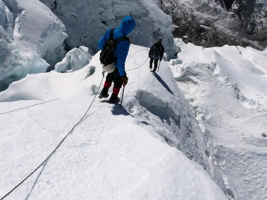 Abstieg durch den Gletscherbruch