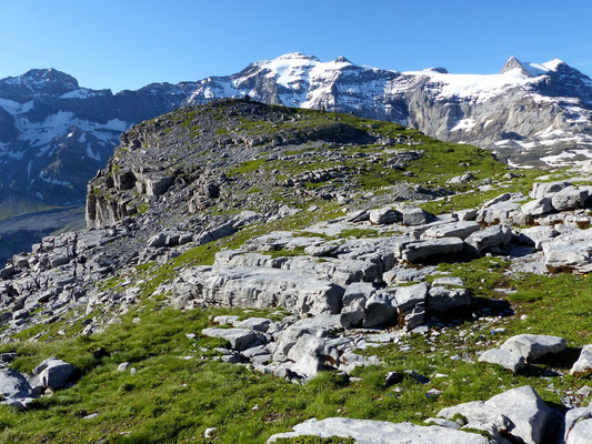 Gipfelplateau des Märcher Stöckli vor Clariden