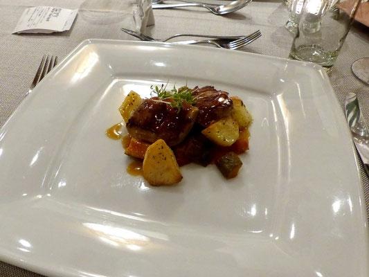 Saltimbocca vom Kalb an Ratatouille und Rosmarinkartoffeln
