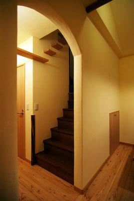 オープンだった階段は壁とアーチでやわらかく分節。階段室の広さを利用して猫階段とブリッジを設置。