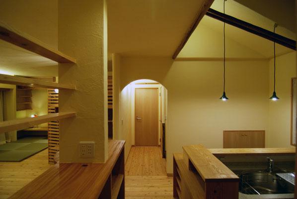 左手cafeカウンターはケヤキ、右手食卓カウンターは栗。鴻巣の家では、クルミや桜、タモに松など様々な無垢板がつかわれています。