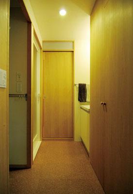 水廻りはUB・トイレ・洗面・洗濯機置場・収納配置を大きく変更。有効寸法をできるだけ広くしながらスッキリと。