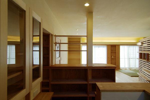 cafeカウンター下部には電子レンジ等の調理家電やエスプレッソマシーンが納まります。左手に行くと冷蔵庫や食品庫に。