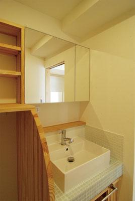 離れていた洗面と洗濯スペースを一体に。水廻りはモザイクタイル仕上げとし上部に木カウンターを。
