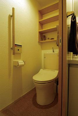 水廻り床はコルクタイル焼付WAX仕上、水掛かりの壁のみポリ合板仕上